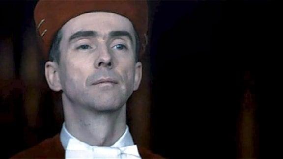 Roland Freisler in roter Robe. (nachgestellte Szene)