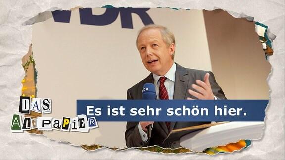Teasergrafik Altpapier vom 8. Januar 2020: Tom Buhrow während einer Veranstaltung mit einem WDR-Mikrofon in der Hand. Im Hintergund sieht man das WDR Logo angeschnitten. Untertitel zum Bild: Es ist sehr schön hier.