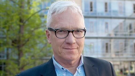 Georg Schmolz, Leiter Barrierefreiheit beim MDR präsentiert das Startbild der MDR Audio App