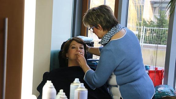Claudia Oelze bei Inga Grahl in der Maske