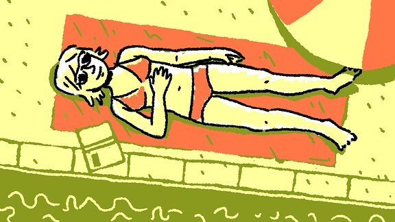Eine Frau liegt im Urlaub am Strand.