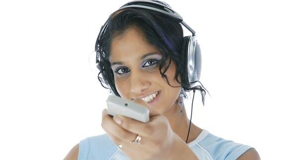 Eine Frau mit Kopfhörern.