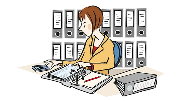 Zeichnung: Eine Frau sitzt am Schreibtisch mit Aktenordner und Taschenrechner.