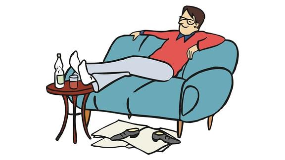Ein Mann sitzt gemütlich auf dem Sofa.