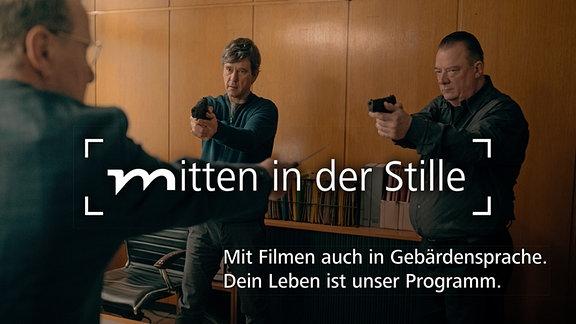 Szene aus der Jubiläums-Folge des Polizeiruf 110: Das neue Ermittlerteam mit ihren Waffen im Anschlag