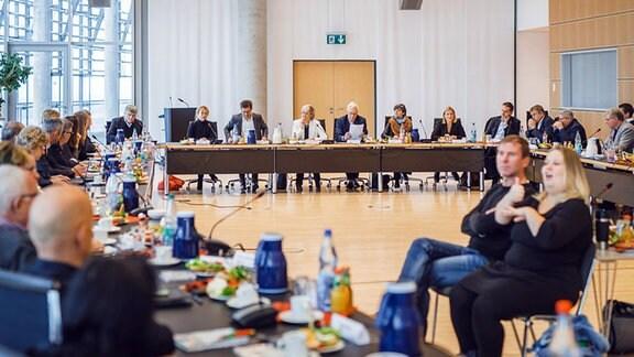 Blick in einen Konferenzsaal. Von links nach rechts sitzend: Sandro Viroli, Ines Meinhardt, Wolf-Dieter Jacobi, Karola Wille, Georg Schmolz, Anette Reiß und Lucie Lisiewicz-Barth