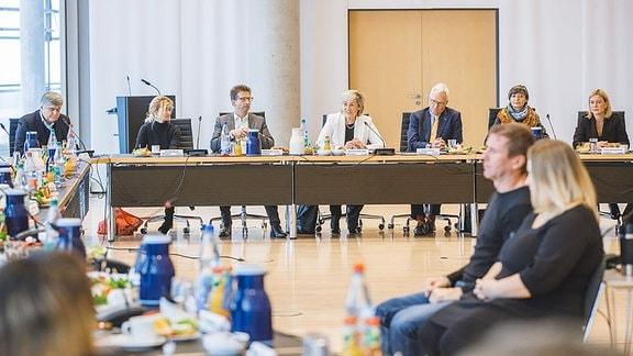 Von links nach rechts an einem Tisch sitzend: v.l.: Sandro Viroli, Ines Meinhardt, Wolf-Dieter Jacobi, Karola Wille, Georg Schmolz, Anette Reiß und Lucie Lisiewicz-Barth