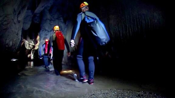 Biwak geht unter Tage - doch zuerst schlüpfen alle in Neoprenanzüge. Denn auf der Tour durch die längste Höhle im Banater Gebirge bleibt niemand trocken