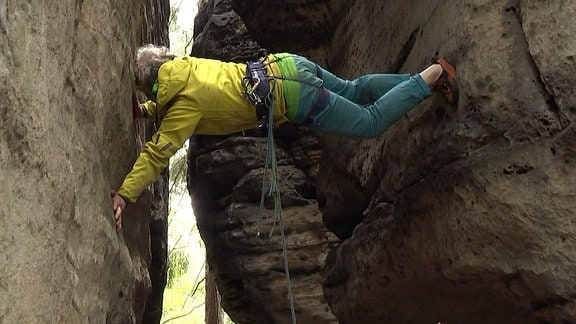 Bergsteiger an einem Felsen