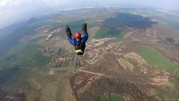 Ein Gleitschirmflieger über dem Elbsandgebirge.