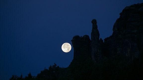 Mond über der Sächsischen Schweiz.