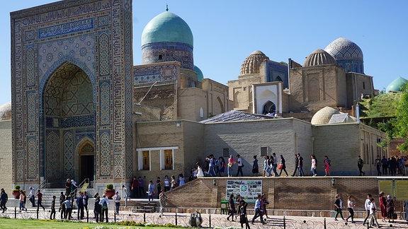 Menschen vor einer Moschee