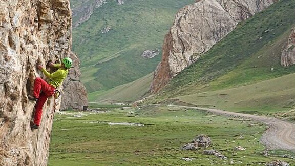 Ein Kletterer in einer Felswand