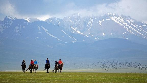 Reiter in einer Gebirgslandschaft