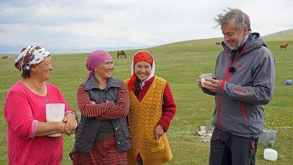 Ein Mann neben drei Frauen