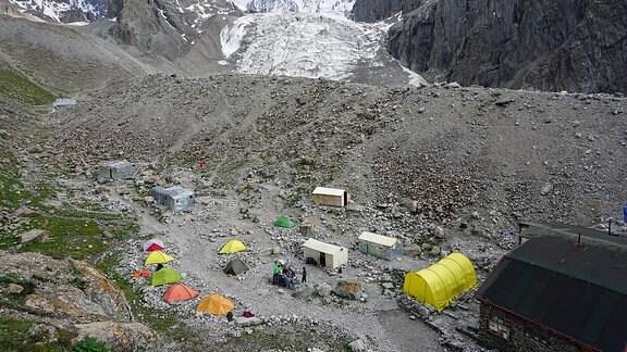 Zelte in einer felsigen Gebirgslandschaft