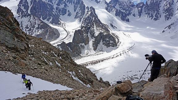 Ein Mann filmt Bergsteiger