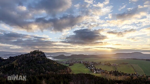 Überblick über Elbsandsteingebirge mit Sonnenuntergang.
