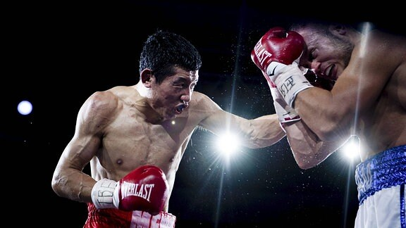 Adam Deines boxt gegen Falong Meng
