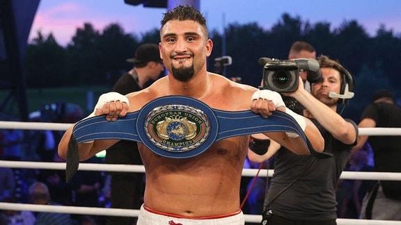 Schwergewichtsboxer Agit Kabayel (SES Boxing) zeigt stolz seinen Gürtel