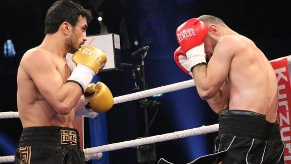 Zwei Männer im Boxkampf.