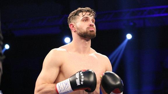 Ein Mann mit Boxhandschuhen.