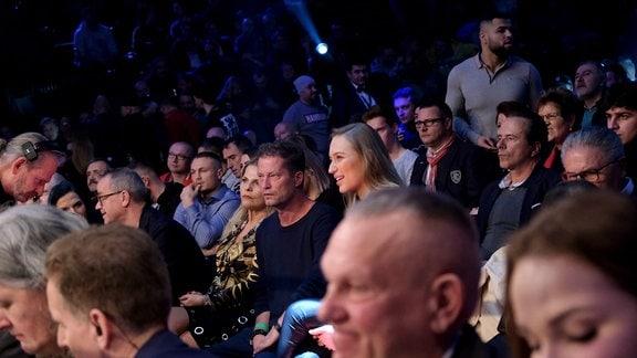 Till Schweiger sitzt im Publikum und schaut sich den Fight an.