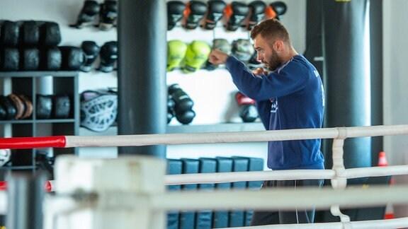 Dominic Bösel bei der Vorbereitung zum anstehenden WM Kampf gegen Wikinger Fornling in Halle Saale