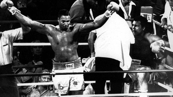 Muhammad Ali sitzt 1980 erschöpft in seiner Ecke, während Larry Holmes durch den Ring stolziert.