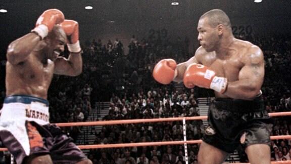 Evander Holyfield schmerzt 1997 nach dem Biss von Mike Tyson das Ohr