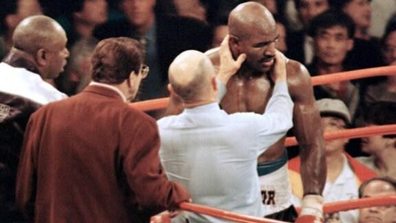 Ringrichter Mills Lane untersucht 1997 das rechte Ohr von Evander Holyfield.