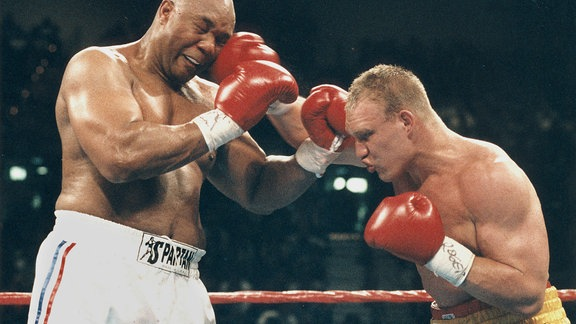 Axel Schulz trifft mit seiner Rechten George Foreman am Kopf,  1995