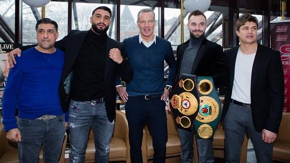 Trainer Sükrü Aksu, Agit Kabayel (Schwergewicht), Henry Maske, Dominic Bösel (Halbschwergewicht)und Trainer Dirk Dzemski