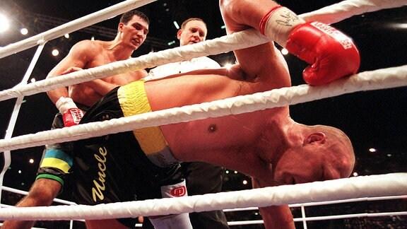Axel Schulz (vorn, Deutschland) geht zu Boden, li. Wladimir Klitschko (Ukraine)