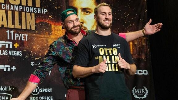 Tyson Fury und Otto Wallin posieren für Fotos