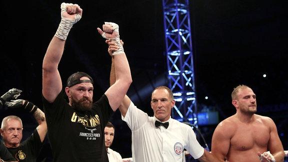Tyson Fury feiert seinen Sieg im Ring.