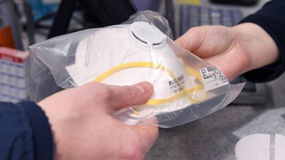 Verkauf einer Schutzmaske gegen Coronavirus in einer Apotheke