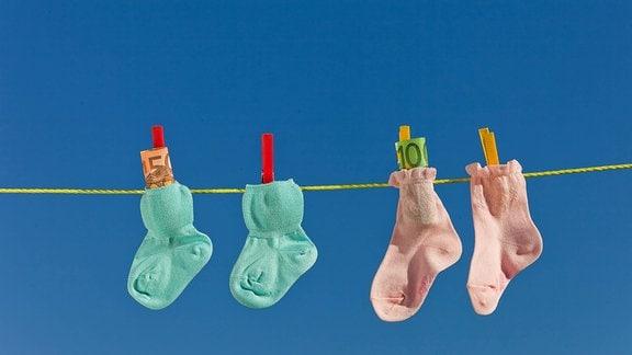 Zwei Paar Babysocken auf einer Wäscheleine