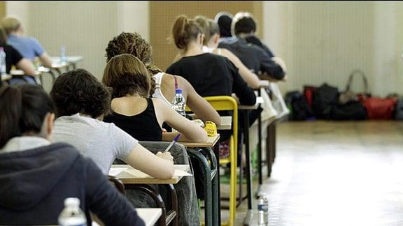 Eine Klasse voller Schüler bei der Prüfung