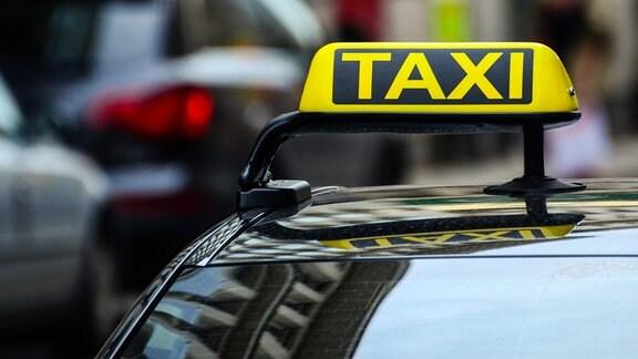 Ein Taxi zwischen anderen Autos.