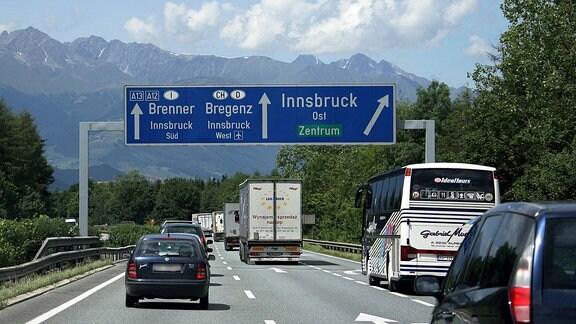 Verkehrsanzeigentafel auf der Inntal-Autobahn bei Innsbruck