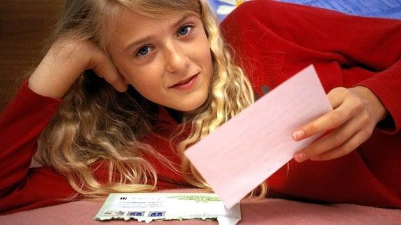 ein Mädchen liest einen Brief