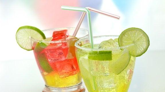 Cocktails mit Eis und Limette