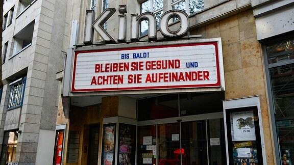Geschlossenes Kino, Anzeige BIS BALD BLEIBEN SIE GESUND UND ACHTEN SIE AUFEINANDER