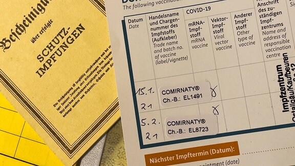 Impfbuch mit Stempel zur Zweitimpfung gegen Corona