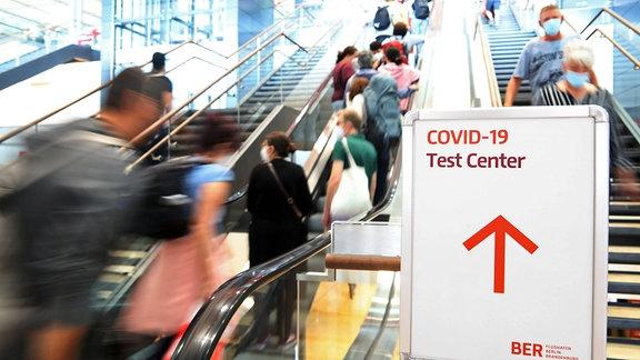 Hinweis auf ein Corona-Testcenter im Flughafen BER