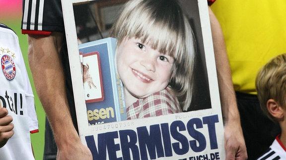 Mark van Bommel mit einem Bild der vermissten Debbie Sassen