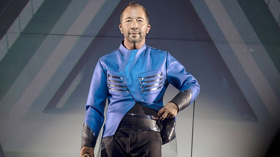 Der Schweizer Sänger und Musikproduzent DJ BoBo auf der Bühne.