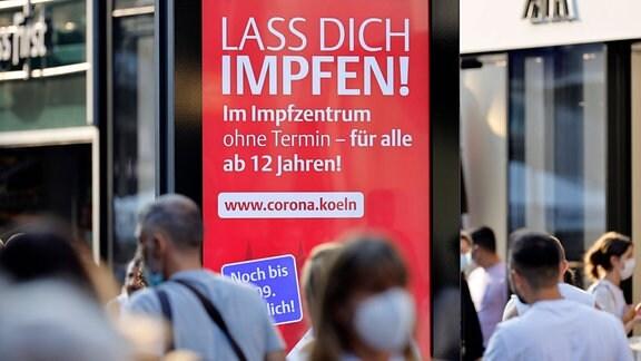 Die Stadt Köln wirbt auf Plakattafeln für ihr Impfangebot.
