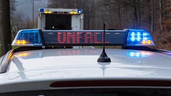 Ein Einsatzfahrzeug der Polizei mit Blaulicht bei einem Unfall
